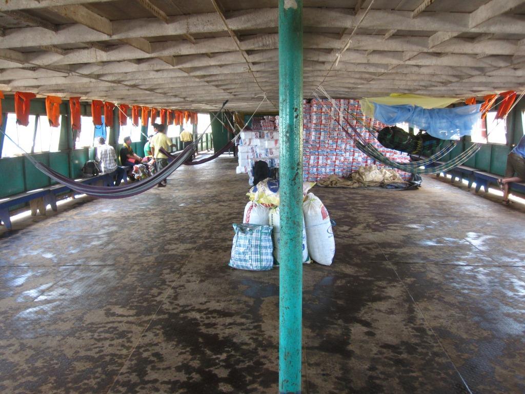 Le premier pont encore vide, bientôt rempli d'une centaine de hamacs
