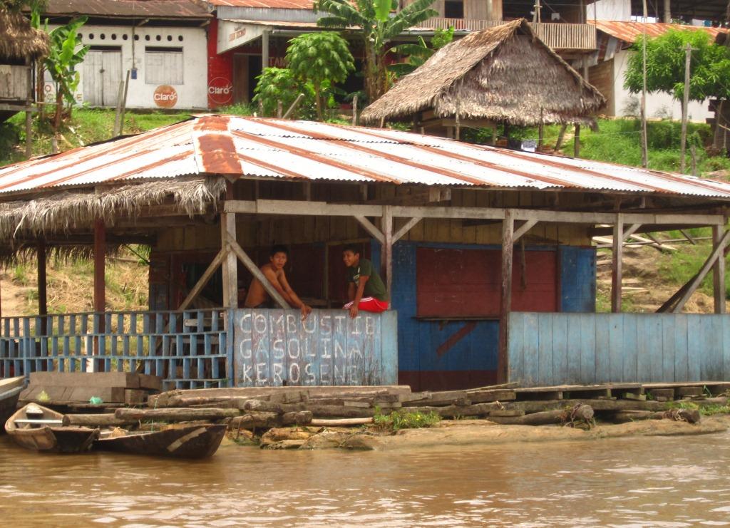En route pour la jungle, escale au village de Tamshiyacu