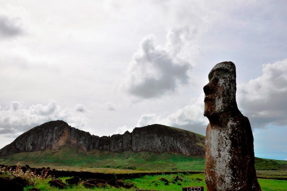 La cantera, carrière de Moaïs dans le flanc du cratère, vu depuis le Ahu Tongariki