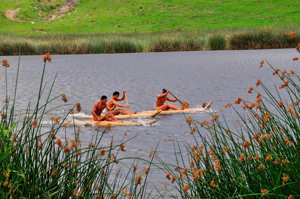 Tapati, triathlon, traversée du lac en canoé de totora
