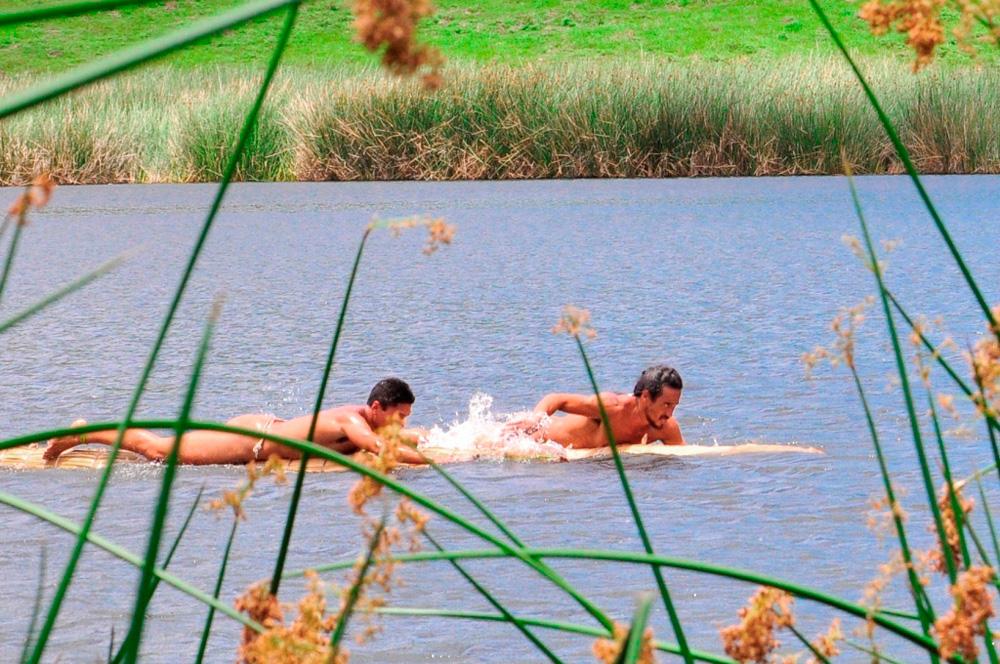 Tapati, triathlon, traversée du lac en nageant sur un flotteur de totora