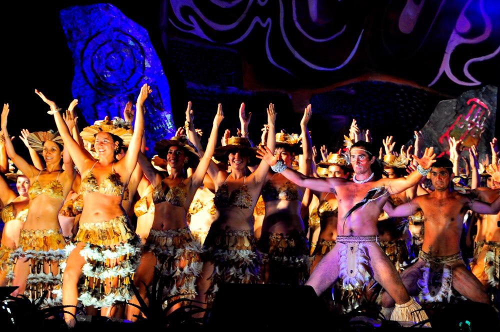 Tapati, épreuve de danse collective, la troupe de Céline : 270 danseurs sur scène dont notre amie Pati !!