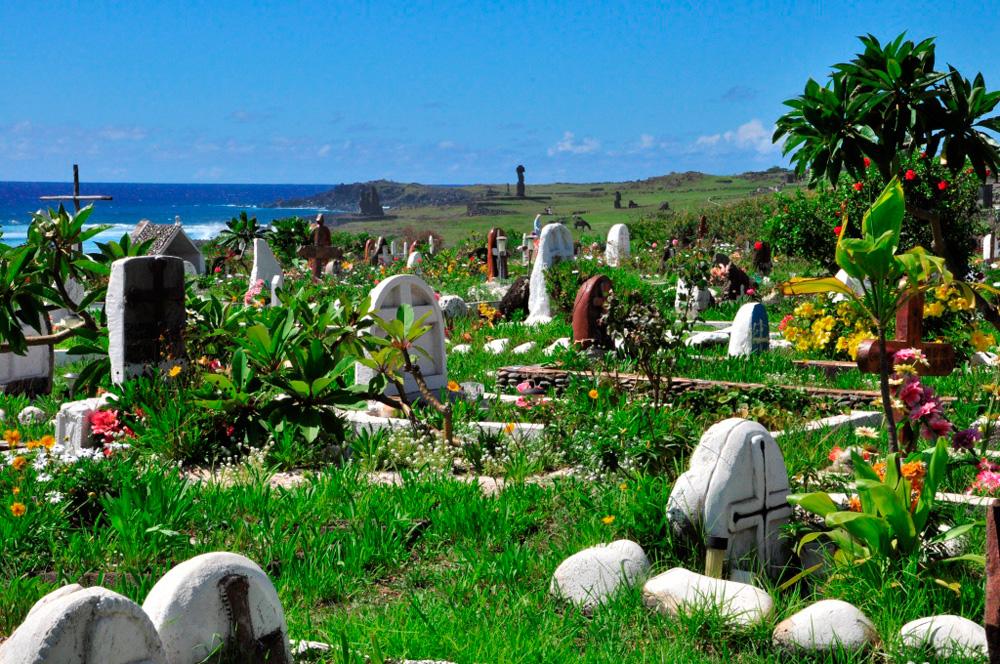 Le cimetière fleuri de Hanga Roa