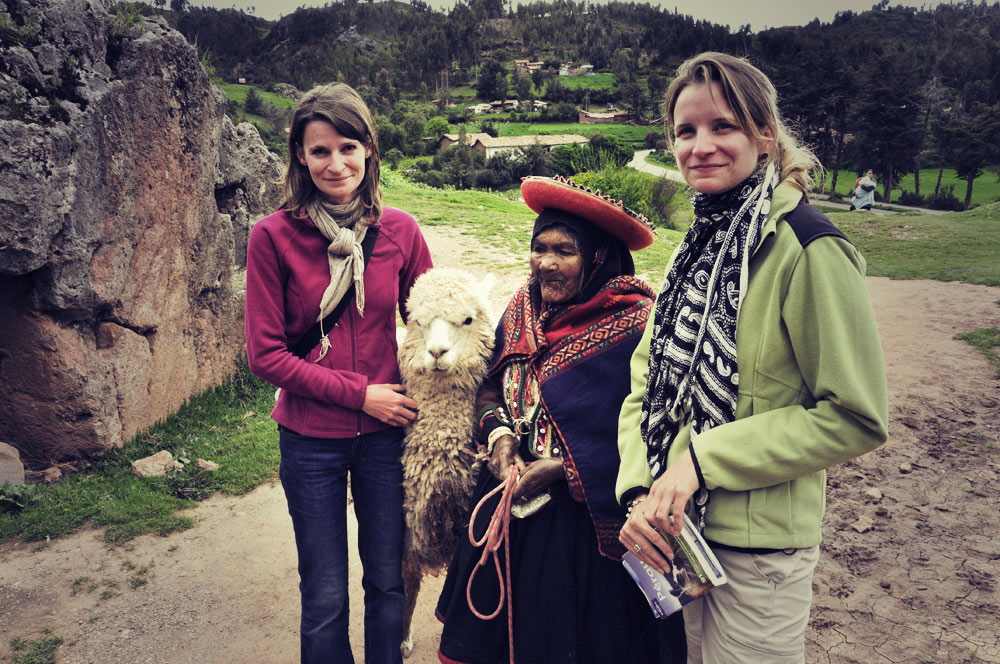 Une mamie typique avec son lama et 2 touristes typiques