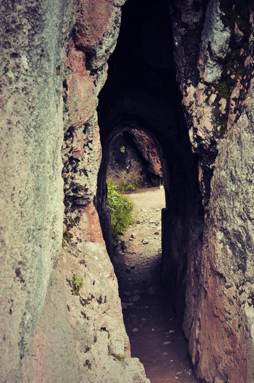 """Un tunnel obscur avec une forme typique de l'anatomie masculine (qui commence par """"bi"""" et finit par """"te"""")"""