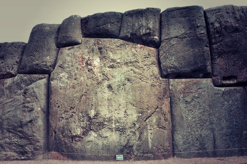 D�tail de la muraille, une pierre taillée avec 11 angles (si si, vous pouvez compter!)