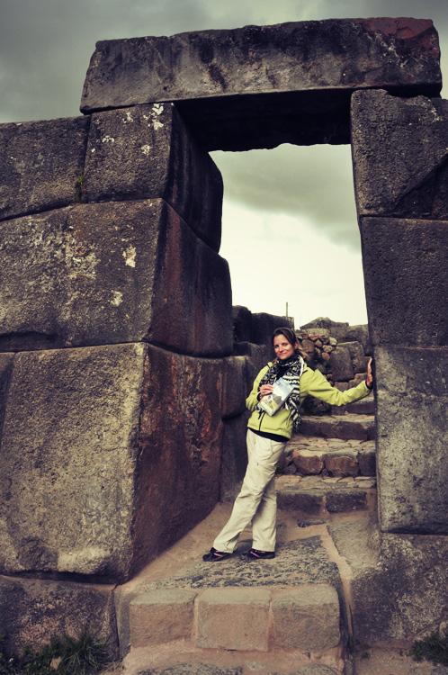 Une porte trapézoïdale typique de l'architecture inca avec une touriste typique