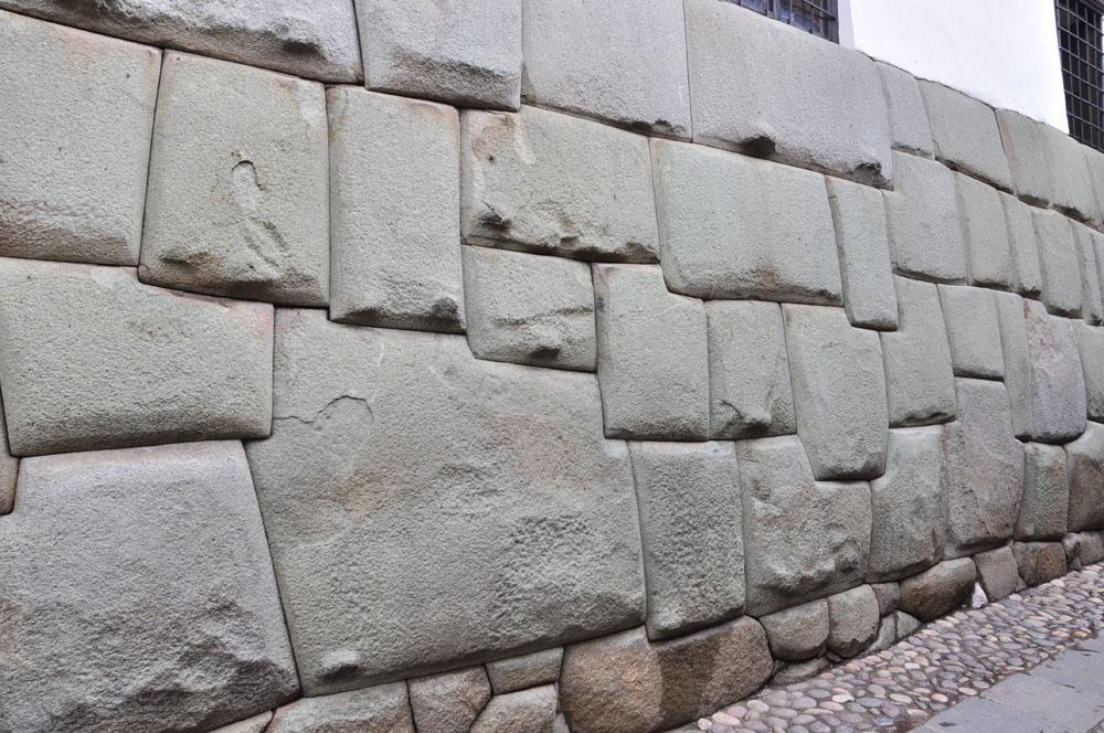 La mondialement célèbre pierre à 12 angles (si si, comptez!)