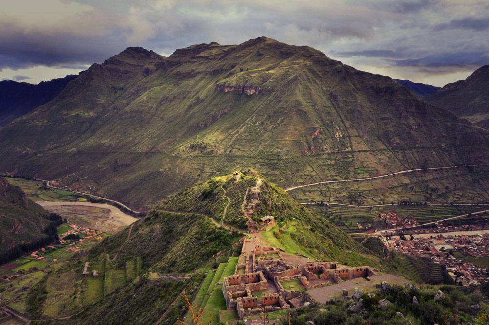 Arrivée au-dessus du secteur principal (religieux) de Pisac, l'Intihuatana, au fond de la vallée, le village actuel de Pisac
