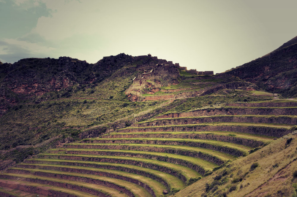Les terrasses de Pisaq, au loin, quartier fortifié de Kinchiracay