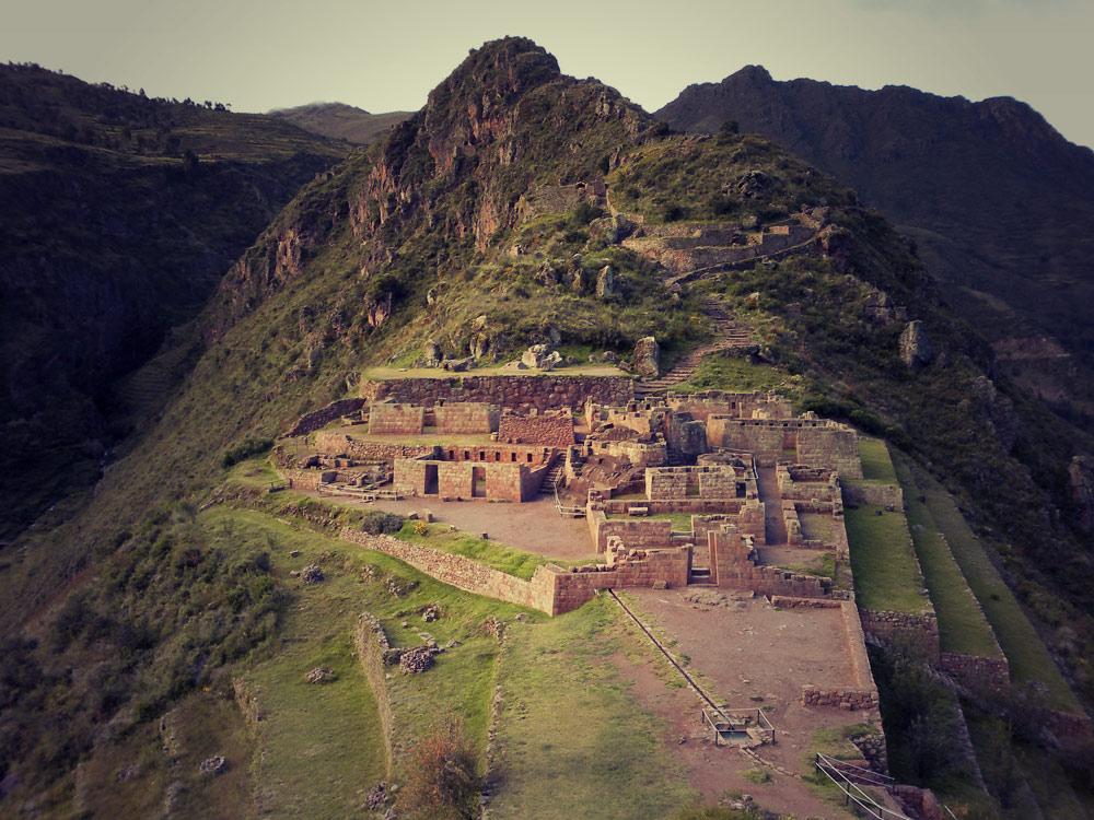 Vue de l'Intihuatana depuis l'autre côté (un véritable petit Machu Picchu)