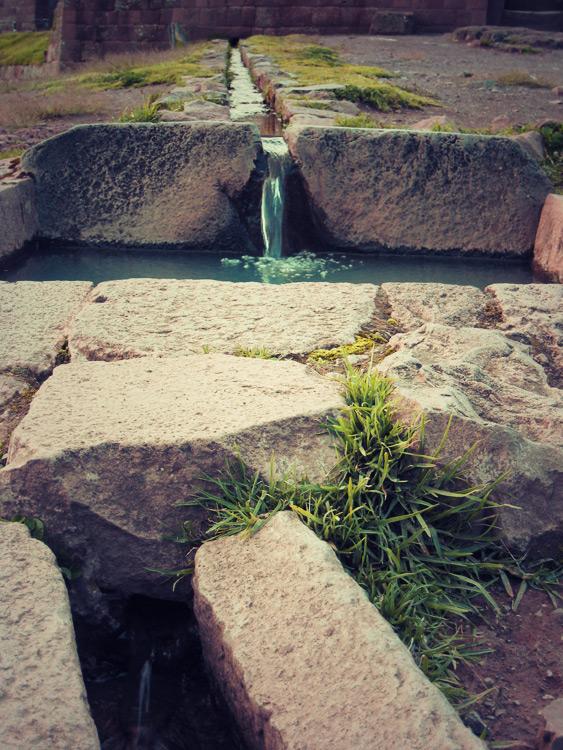 Réseau de canalisations dans le secteur religieux de l'Intihuatana