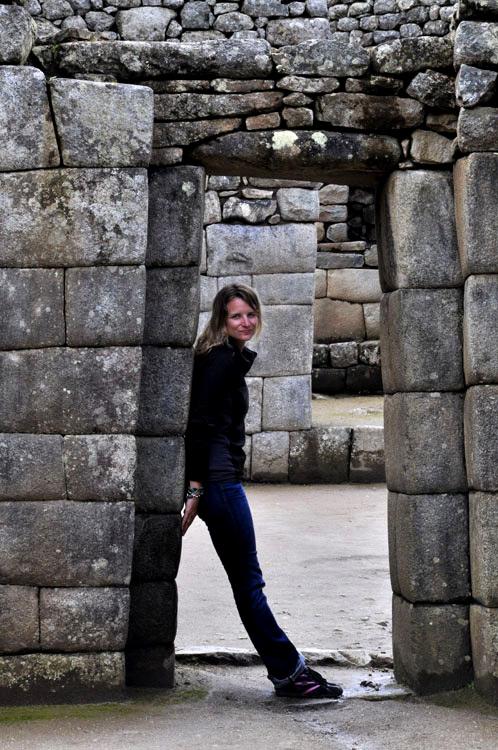 Machu Picchu, porte trapézoïdale avec touriste