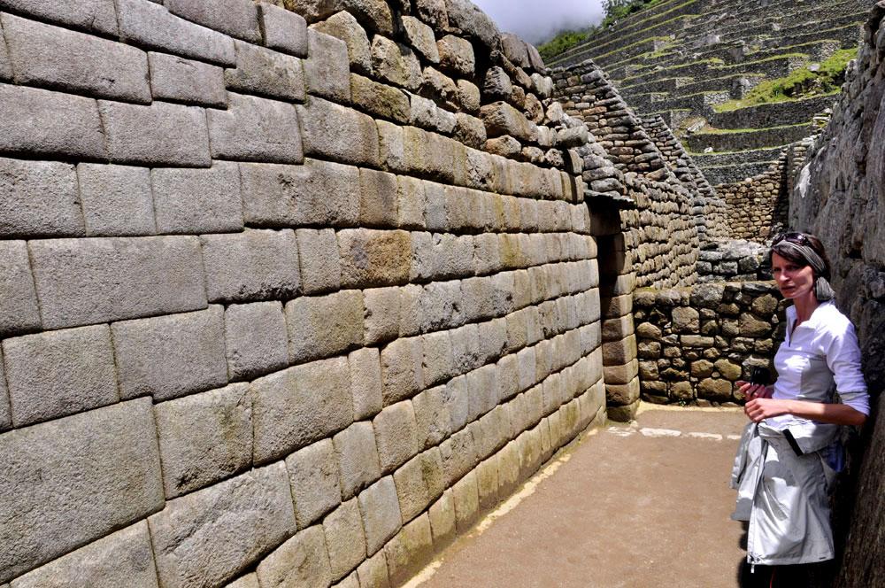 Machu Picchu, Elvi subjuguée par un mur en pierres bien taillées