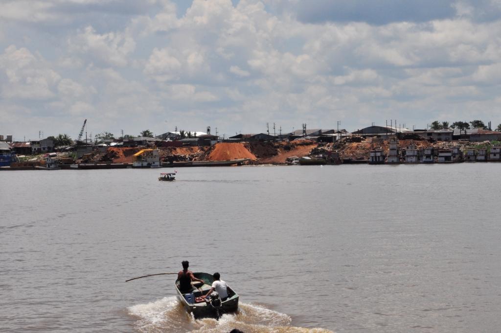 Arivée à Iquitos, le bateau devant sonde le fond