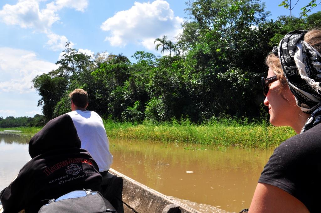 Dans la barque pour la jungle