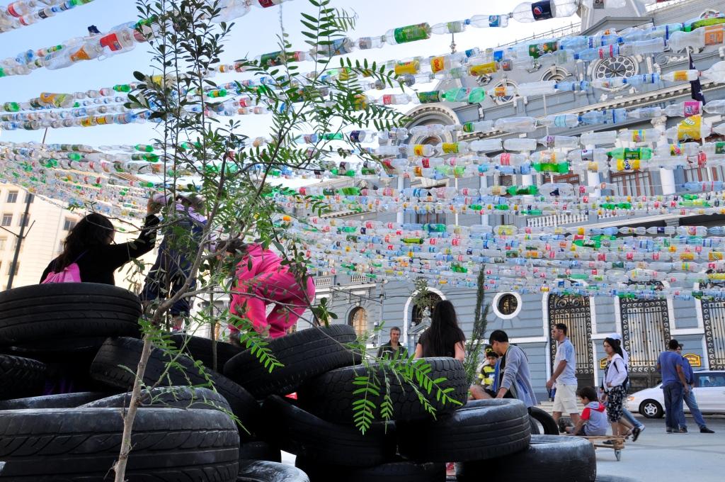Place Sotomayor, avec des guirlandes de bouteilles