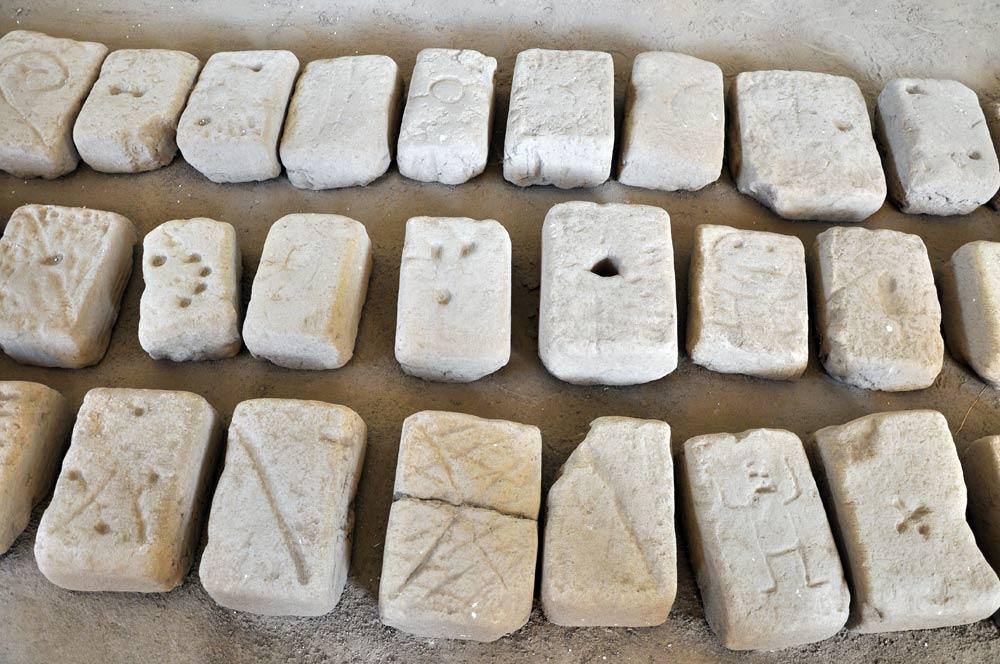 Briques d'adobe signées par les artisans (Huaca de la Luna)