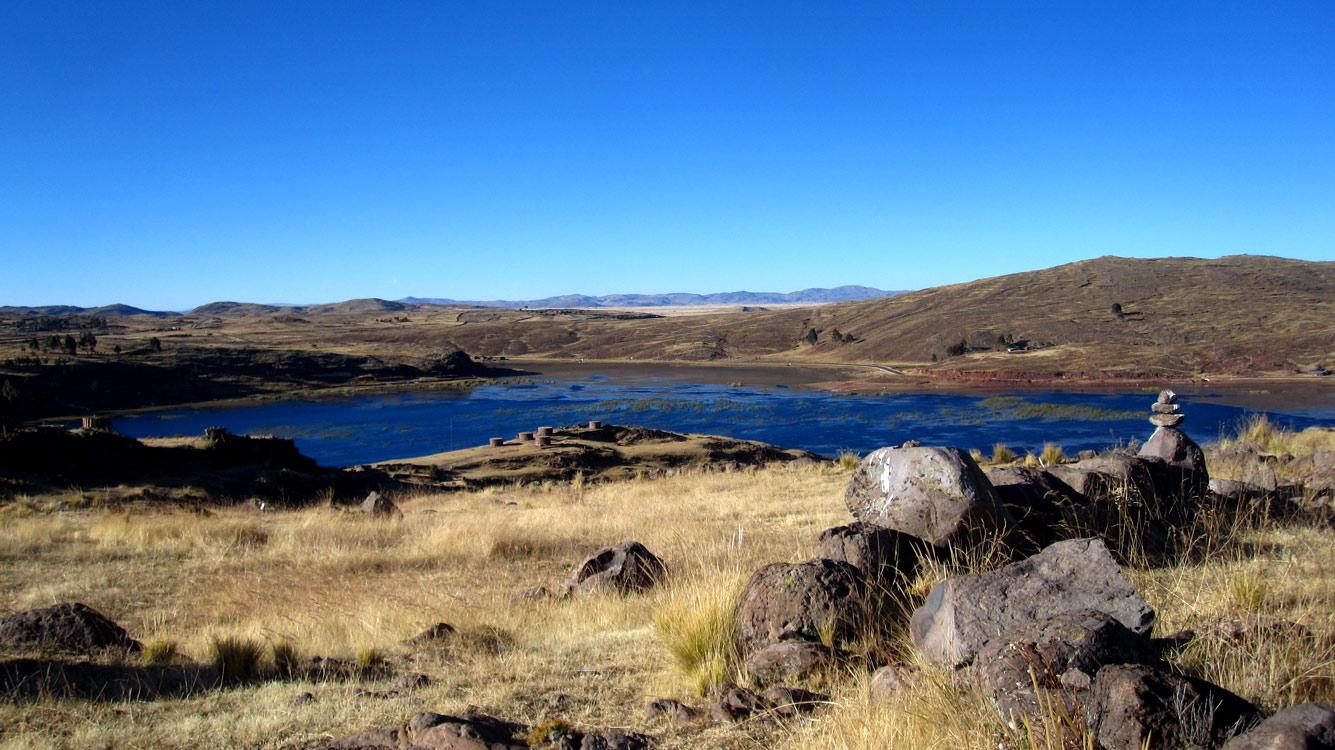 Vue du lac avec un ensemble de chullpas