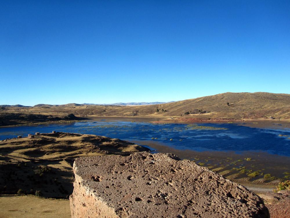 Vue plongeante sur le lac depuis le site