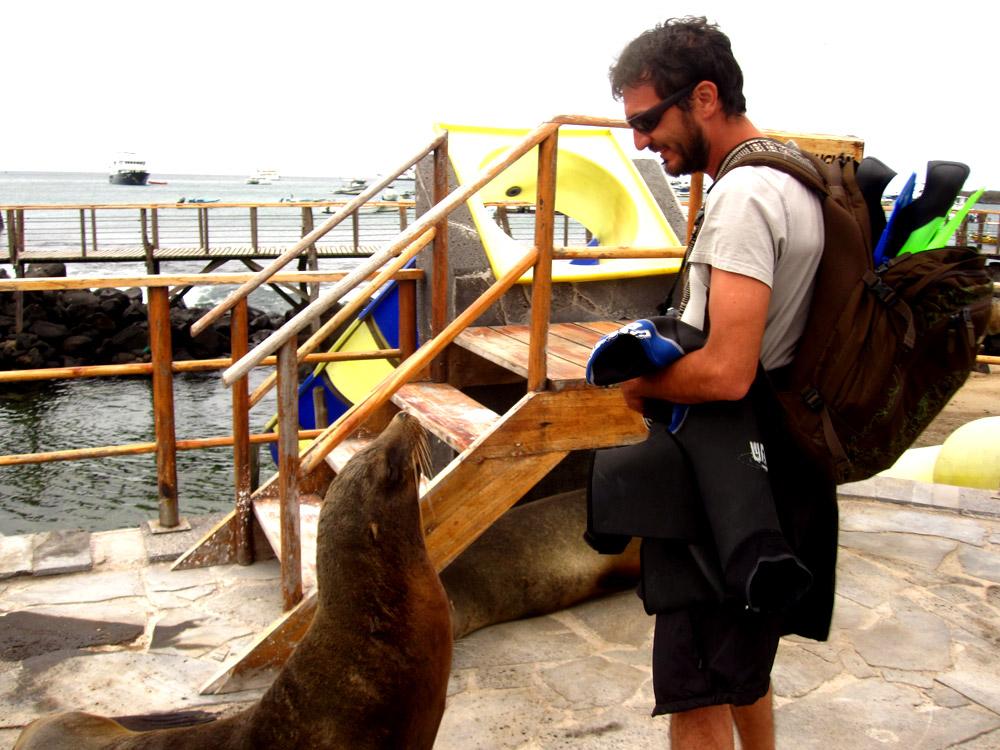San Cristobal, conversation avec les locaux à puerto Moreno