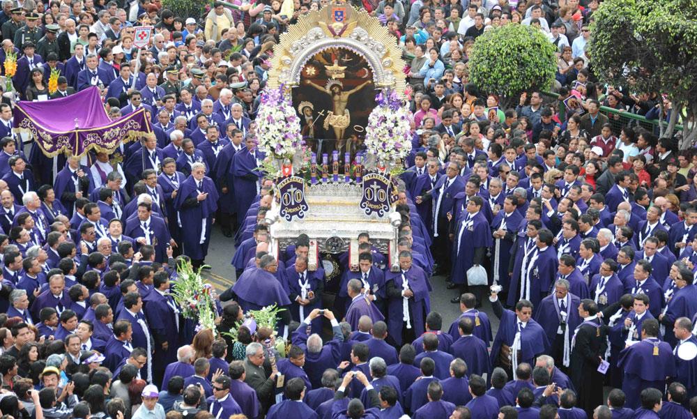 """Procession du """"Seigneur des miracles en octobre""""... code couleur : violet"""