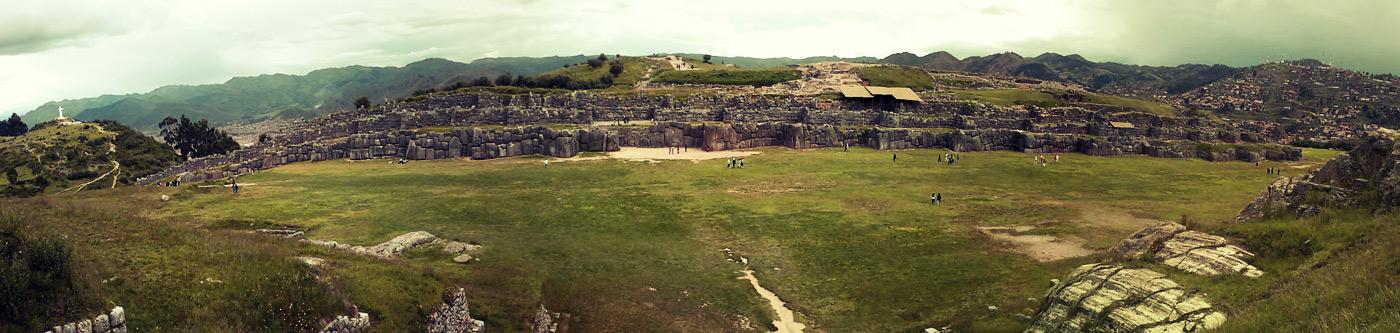 Vue d'ensemble des surprenantes murailles en zig-zag (à gauche, un christ en croix dominant Cuzco)
