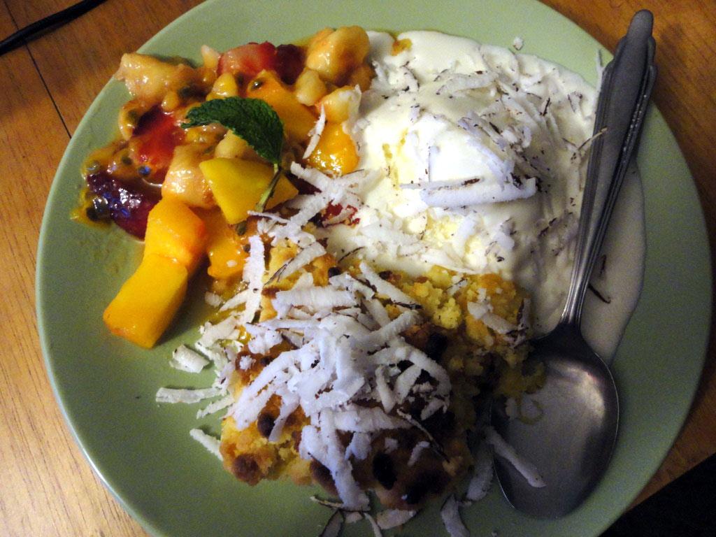 Crumble mangue et sa glace vanille sur salade de fruits