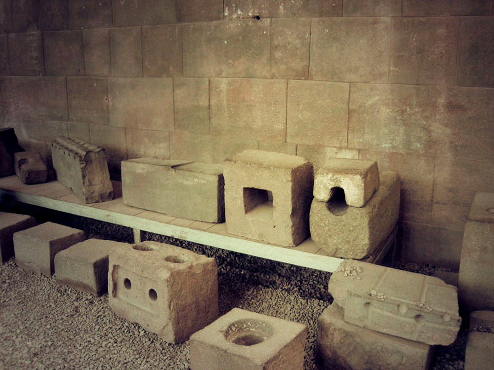 Exemple de faces intérieurs de pierres avec leur système d'agrafe