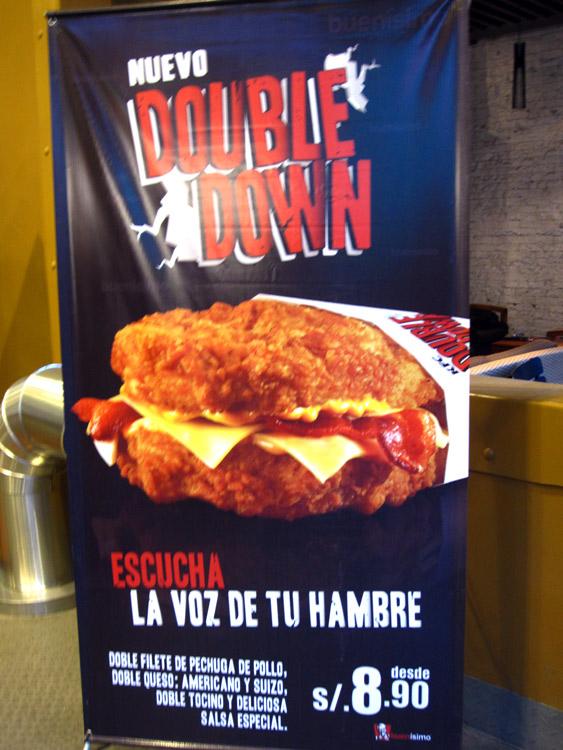 Au Pérou, on aime le poulet... le pain au KFC d'Arequipa, est remplacé par du poulet pané!