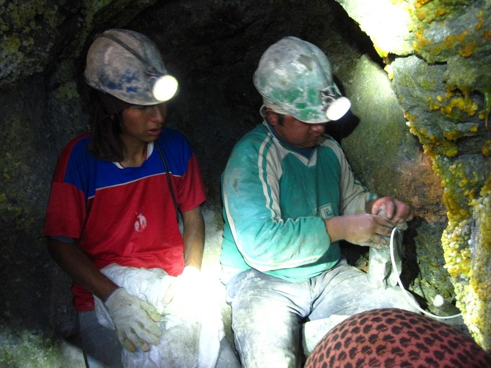 Les mineurs préparant la dynamite - Potosi