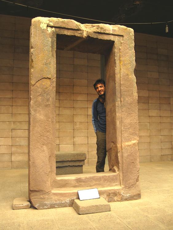 Une porte et un dieu grec