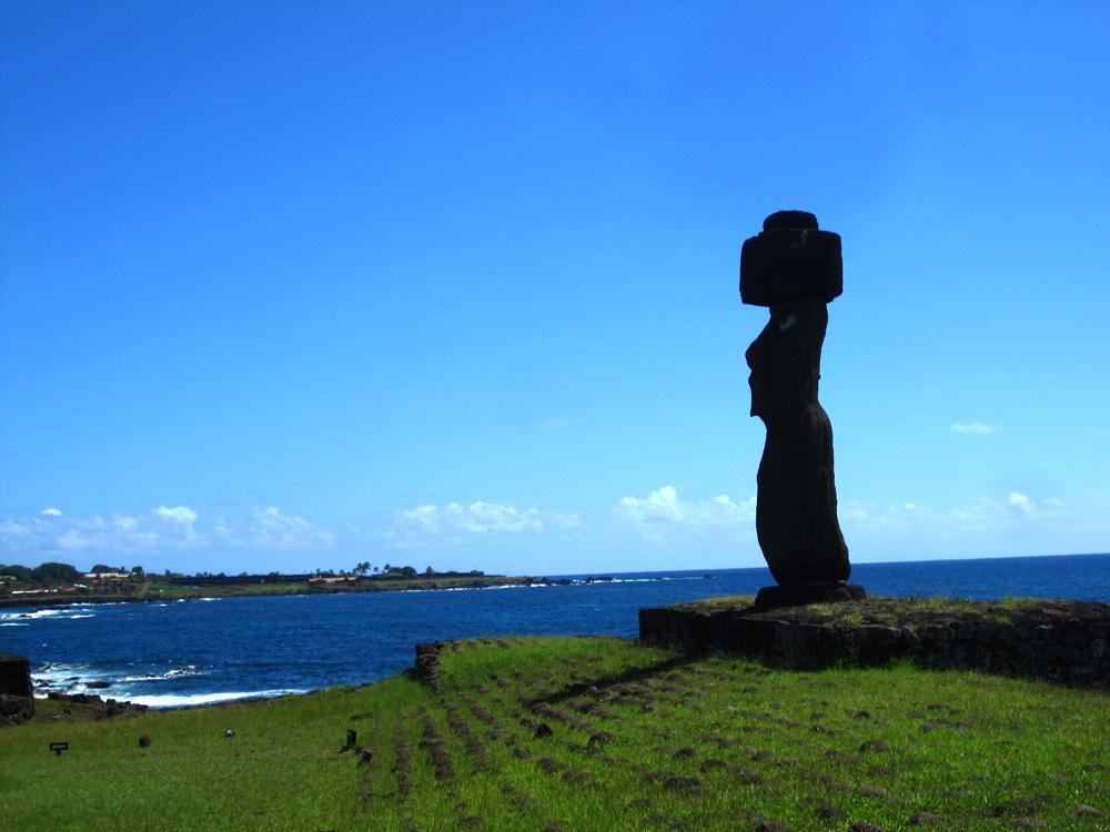 Ahu Ko Te Riku, le seul Moaï terminé, avec son Pukao et ses yeux
