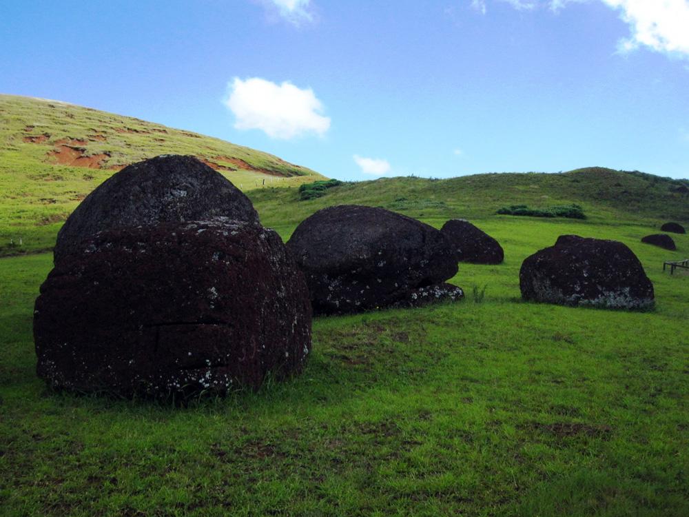 La carrière de Pukao, chapeau de Moaï, au volcan Puna Pau
