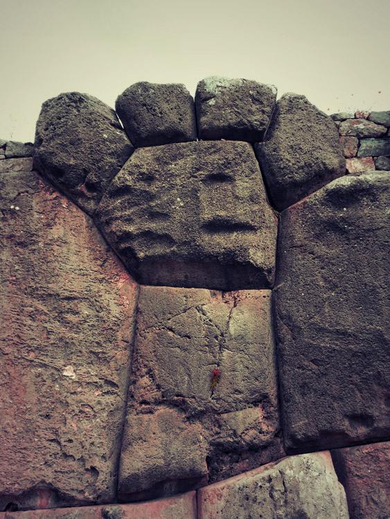 Détail de la muraille, une patte de puma
