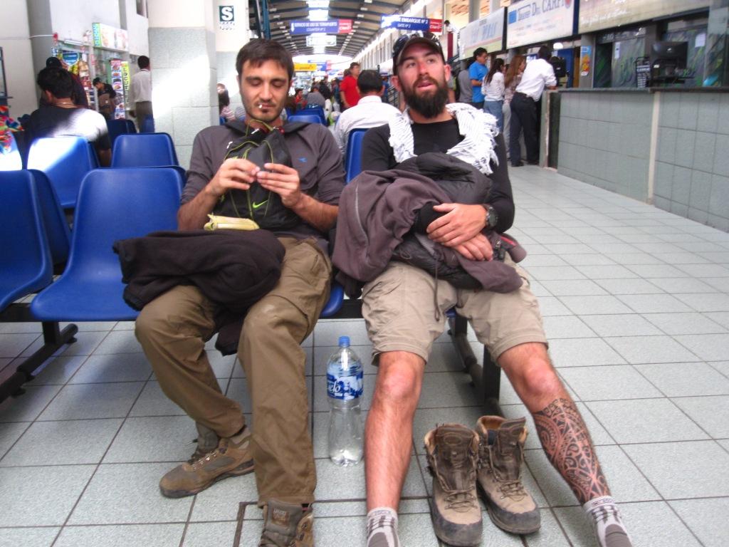 Kim et Bast à la gare routière d'Arequipa, départ pour Cotahuasi