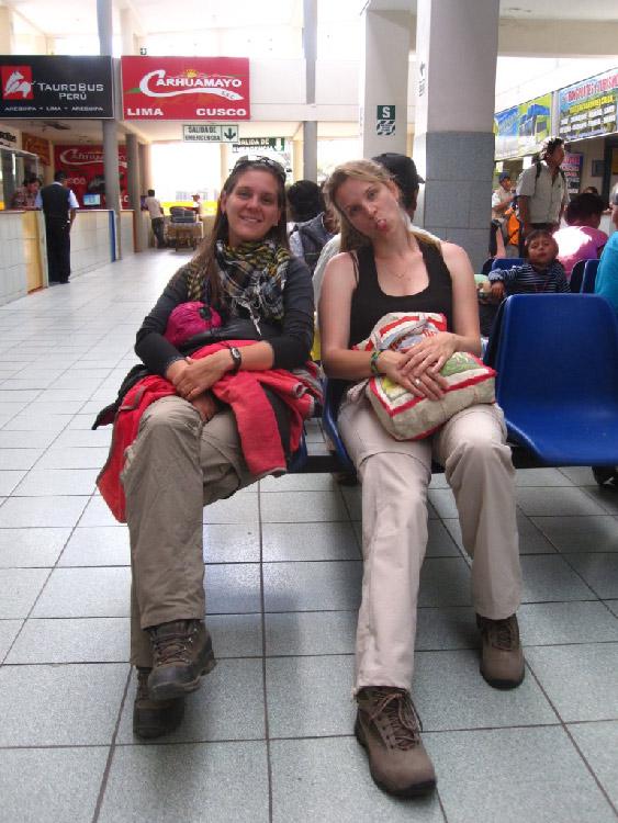 Ju et Mag à la gare routière d'Arequipa, départ pour Cotahuasi