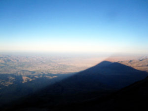 L'ombre du géant au lever du jour