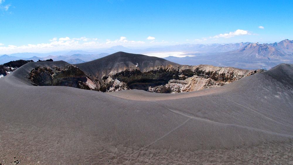 2ème jour, une fumerolle s'échappe du cratère