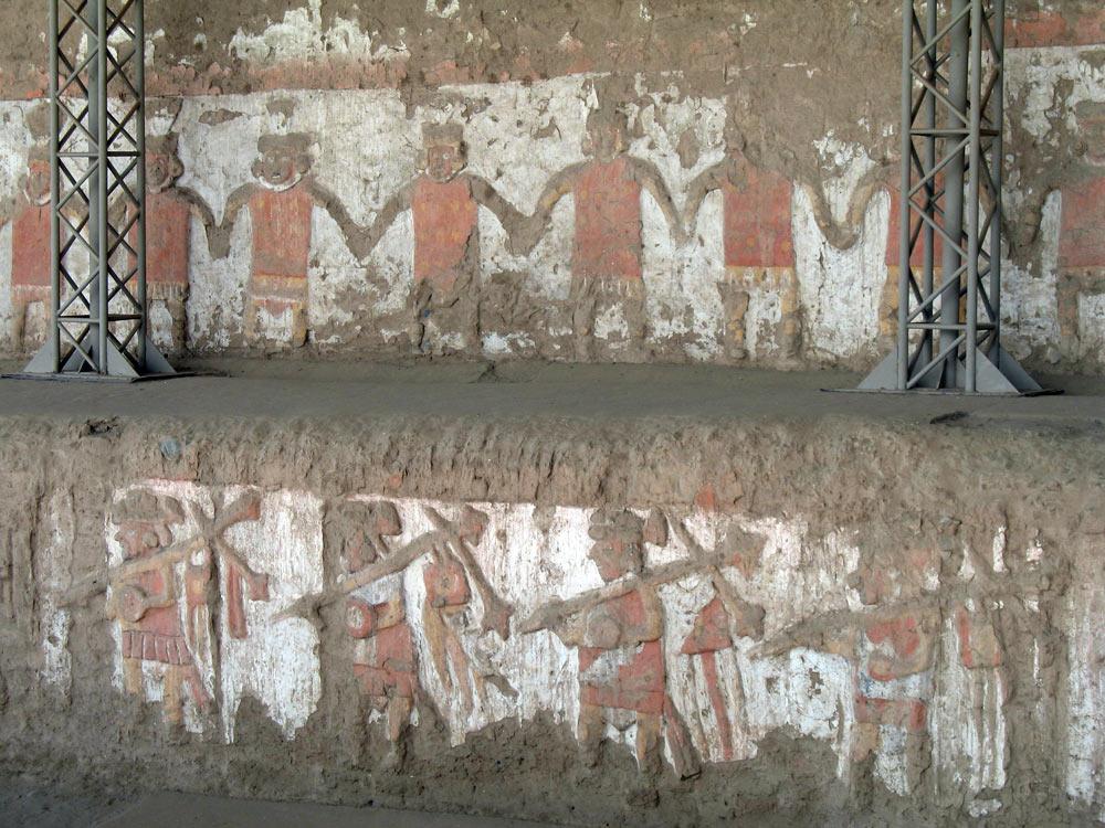 En haut, des donneurs d'offrandes, en bas, des guerriers (Huaca de la Luna)