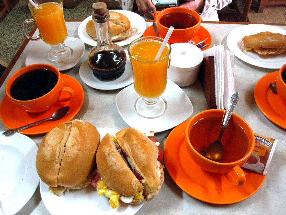 Petit déj comme on aime : sandwich saucisse + oeuf au plat, café (presque) véritable à base de concentré