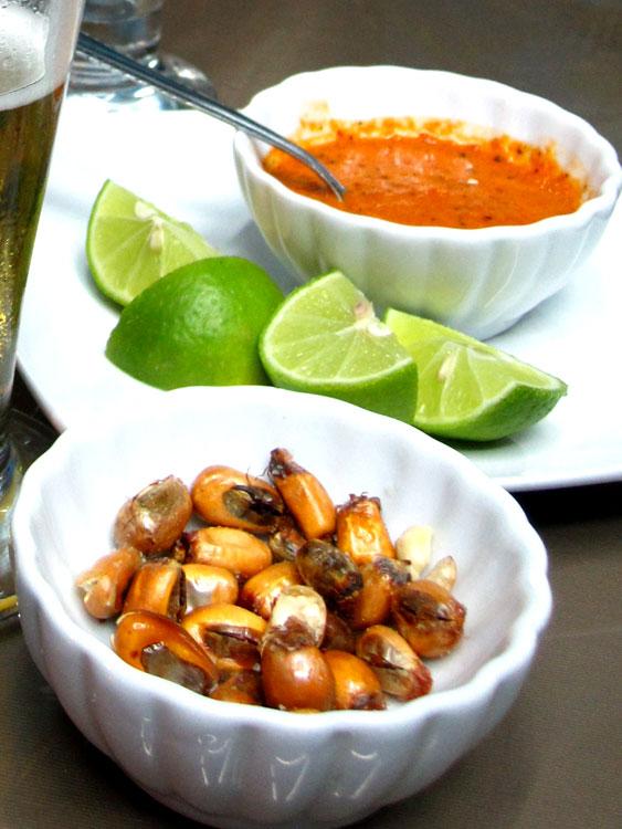 Canchitas (grains de maïs grillés) + aji (sauce piquante)